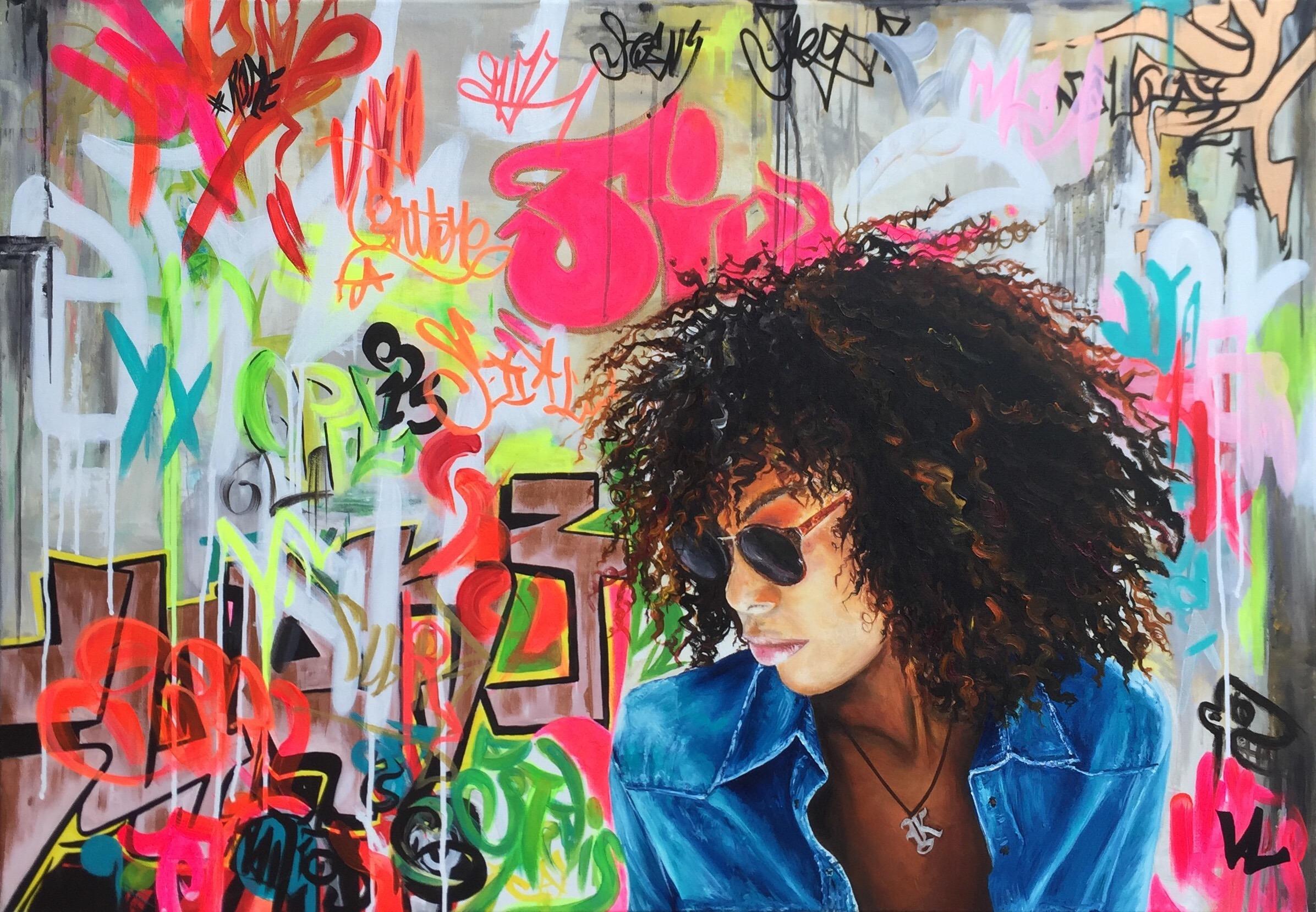 Femme métisse sur graffitis